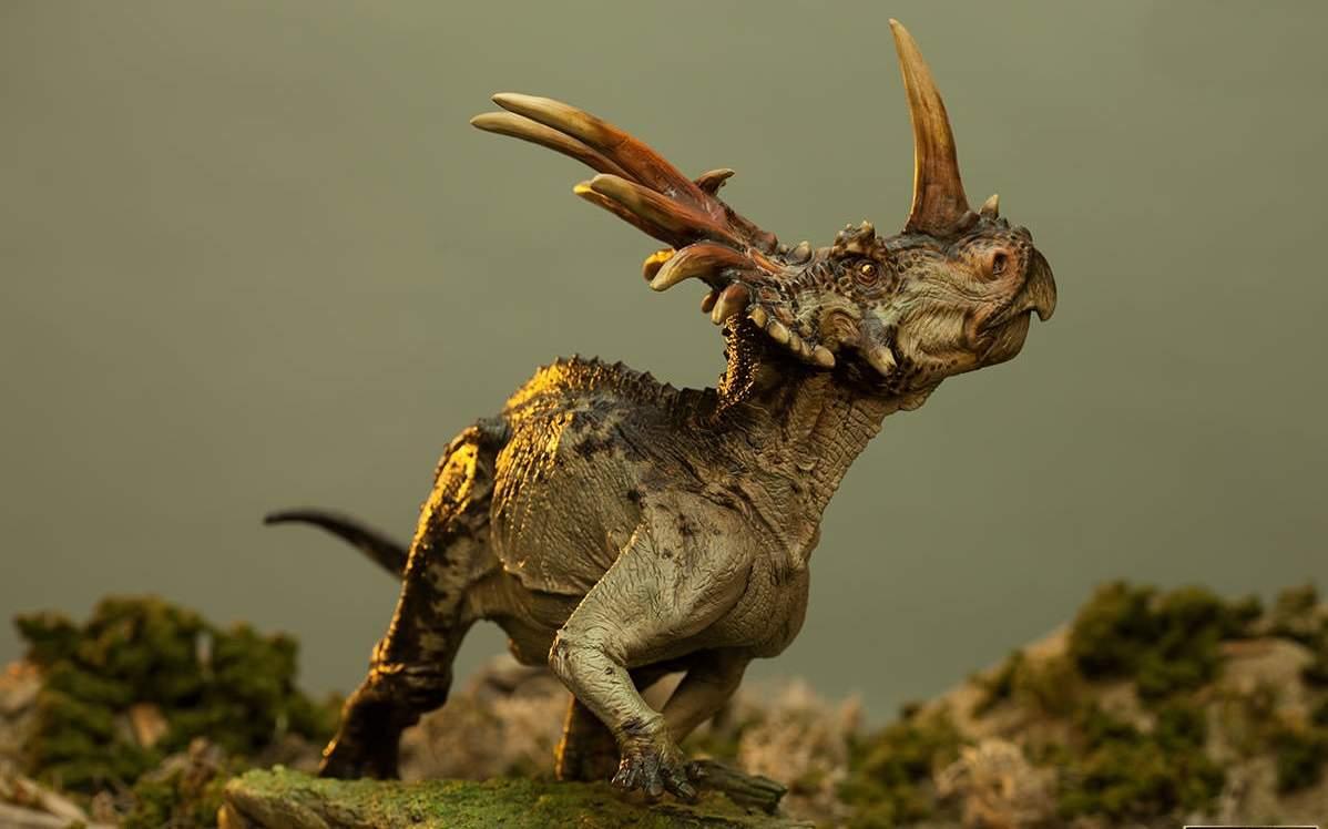 Динозавр с воротником на шее
