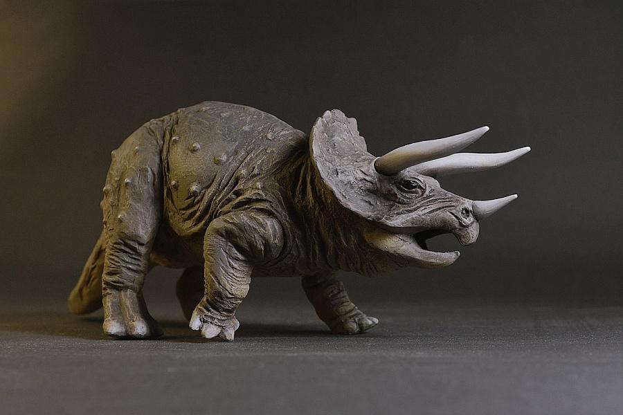 Динозавр с рогами, динозавр на носу с рогом на